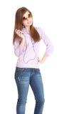 игрок om нот mp3 девушки слушая к детенышам Стоковая Фотография