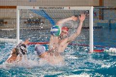Игрок Waterpolo - действие нападения стоковое фото