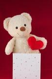 игрушечный влюбленности сердца коробки медведя Стоковые Изображения