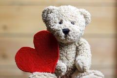 игрушечный красного цвета сердца медведя стоковые фотографии rf