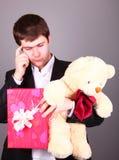 игрушечный настоящего момента мальчика коробки медведя Стоковые Изображения