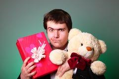 игрушечный настоящего момента мальчика коробки медведя Стоковая Фотография RF