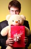 игрушечный настоящего момента мальчика коробки медведя Стоковое Фото