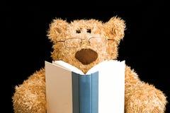 игрушечный чтения медведя стоковая фотография