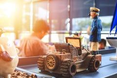 Игрушка автомобиля металла на таблице в кофейне Стоковое фото RF