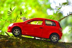 игрушка автомобиля мальчика кровати Стоковое Фото