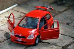 игрушка автомобиля мальчика кровати Стоковое Изображение RF