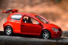 игрушка автомобиля мальчика кровати Стоковое Изображение