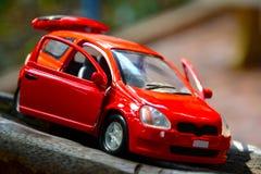 игрушка автомобиля мальчика кровати Стоковое фото RF