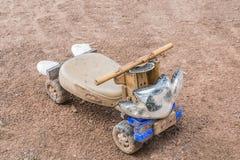 игрушка автомобиля мальчика кровати Стоковая Фотография