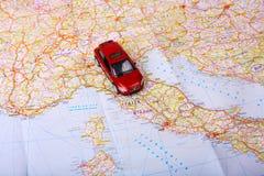 Игрушка автомобиля на карте Стоковая Фотография RF