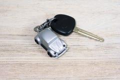 Игрушка автомобиля с ключом автомобиля на деревянной таблице Стоковое Фото