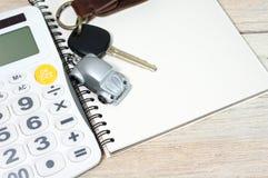 Игрушка автомобиля с ключом на тетради Стоковые Изображения RF