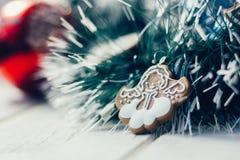Игрушка ангела рождества на сосне как украшение рождества Стоковые Изображения RF