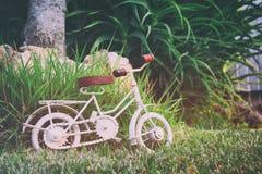 Игрушка винтажного велосипеда миниатюрная ждать outdoors Стоковая Фотография RF