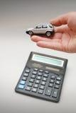 игрушка владением руки автомобиля стоковое изображение rf