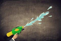 Игрушка воды оружия в руке Мультимедиа Стоковое фото RF