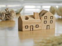 Игрушка деревянного дома и высушенные цветки Стоковая Фотография RF