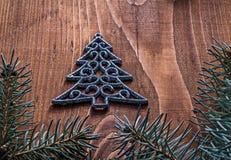 Игрушка ели simbol рождественской открытки и ветви ели дальше Стоковое фото RF