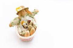 Игрушка зайчика пасхи в розовой корзине с яичками триперсток на белой предпосылке Стоковые Изображения