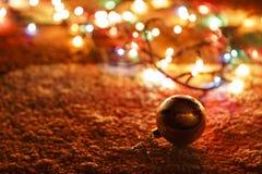 игрушка и гирлянда Мех-дерева на ковре Стоковое фото RF