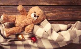 Игрушка и шарф плюшевого медвежонка Стоковые Фото