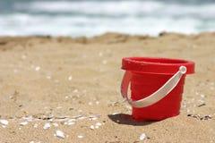 игрушка красного цвета ведра пляжа Стоковое Изображение RF