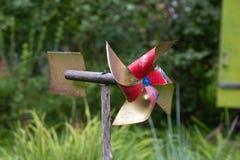 Игрушка лопасти для защищая сада от птиц стоковая фотография