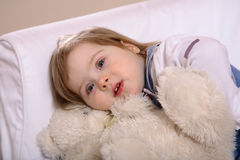 игрушка малыша девушки медведя snuggling Стоковое фото RF