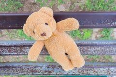 игрушка медведя на железном стенде Стоковая Фотография