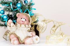 Игрушка медведя рождества предпосылка праздничная Поздравительная открытка с экземпляром Стоковое фото RF