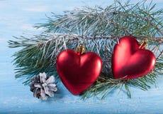 Игрушка 2 мех-деревьев - сердце на фоне ветвей рождественской елки Стоковое фото RF