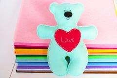 Игрушка медведя войлока сини с красным сердцем Стоковое Изображение RF