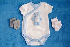 Игрушка медведя лежа на белизне Стоковые Фотографии RF