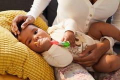 Игрушка милого младенца сдерживая резиновая стоковая фотография