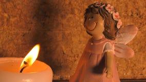 Игрушка младенца света и девушки свечи сток-видео