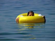 игрушка моря кольца девушки пляжа милая Стоковая Фотография RF