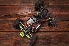Игрушка модели автомобиля Rc на деревянной предпосылке Стоковые Фото