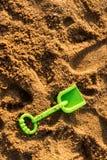 Игрушка на песке - зеленый лопаткоулавливатель ребенка Стоковая Фотография