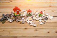 игрушка дома вороха монеток малая стоящая Стоковая Фотография