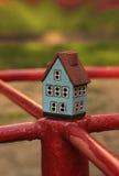 игрушка дома руки ребенка предпосылки черная Стоковое Изображение