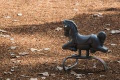 Игрушка лошади на спортивной площадке Стоковые Фото