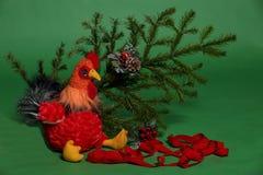 Игрушка петуха с елевой ветвью Стоковая Фотография