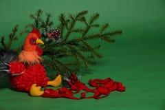 Игрушка петуха с елевой ветвью Стоковая Фотография RF