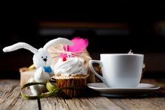 Игрушка пирожного и кролика с чашкой кофе Стоковые Фото