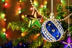 Игрушка рождества на ветви и гирлянде дерева Стоковые Фото