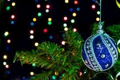 Игрушка рождества на ветви и гирлянде дерева Стоковое фото RF