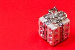 Игрушка рождества на рождественской елке в форме белого подарка Стоковые Фото