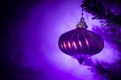 Игрушка рождества на рождественской елке Новый Год орнаментирует предпосылку зимы для космоса открытки пустого Предпосылка кануна Стоковые Фото