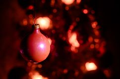 Игрушка рождества на рождественской елке Новый Год орнаментирует предпосылку зимы для космоса открытки пустого Предпосылка кануна Стоковое Фото